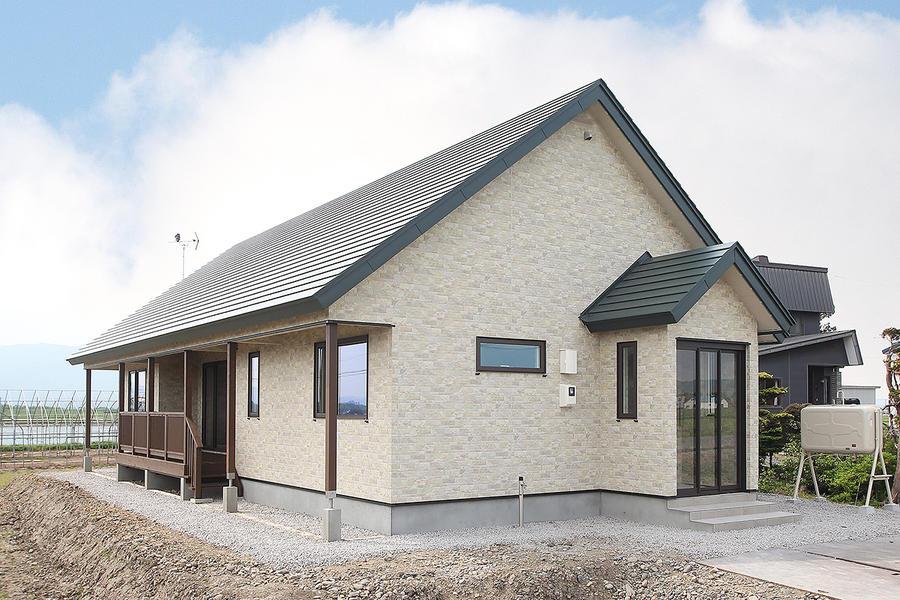 力強く美しい大屋根の家