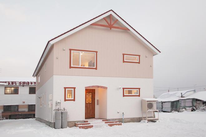 赤い飾り縁が印象的な家
