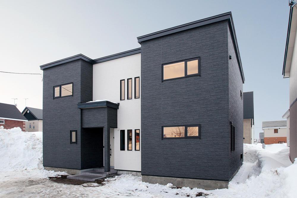 カラフルな色使いが印象的な家