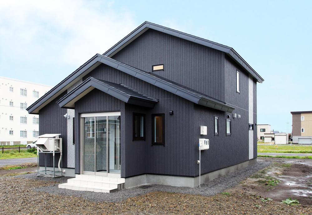 連続する三角屋根が印象的な家