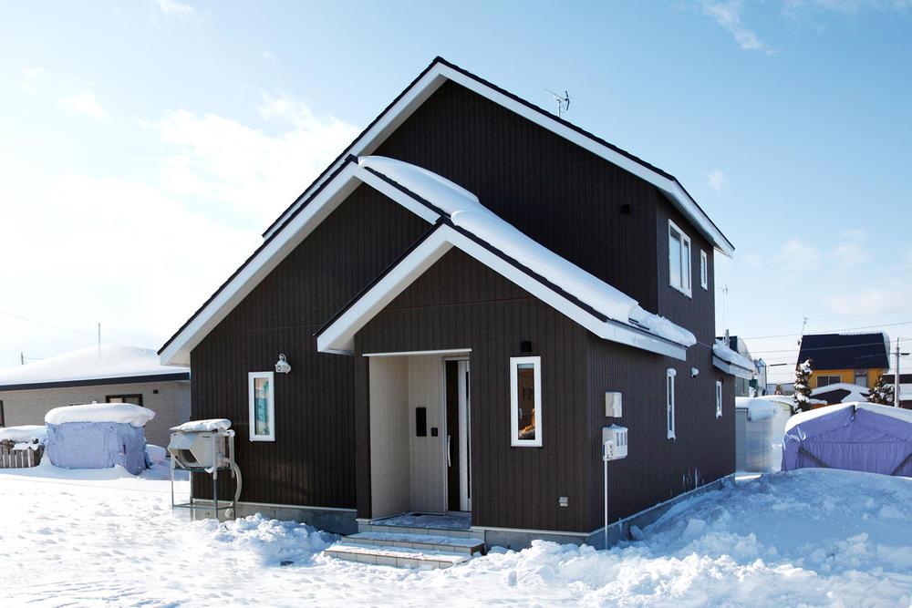 ブラウンの三角屋根の家